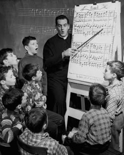 Le Père Léandre Brault et ses élèves en 1956 - Archives de la Maîtrise des Petits-Chanteurs du Mont-Royal